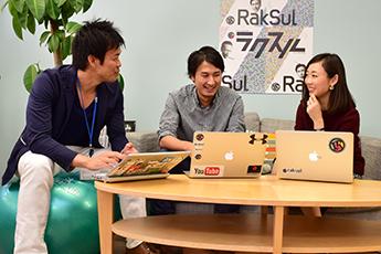 インタビューに答える菅野氏、「好奇心のおもむくまま、未経験のファッションPR業界へ」